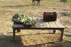 18. Vevőkre váró zöldségek az út mellett a korai órákban
