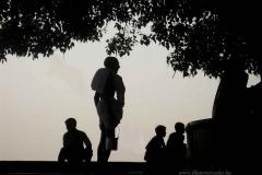 20. Szent fát öntöző Varanasiban