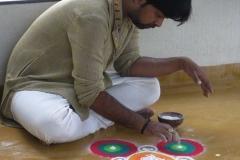 Sachin Jadhav indiai művész rangolit készít kőporból