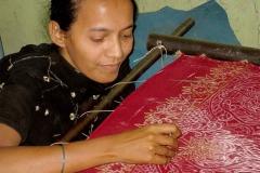 Készül a szári: Aranyszállal hímző lányka