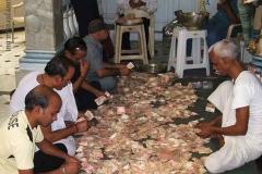 Adományszámlálók egy mumbai jain templomban