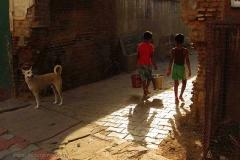 7. Reggeli vízhordók Vrindavanban
